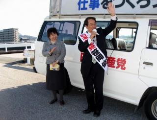 23日高知市で街頭演説する笹岡優さんと中根県議