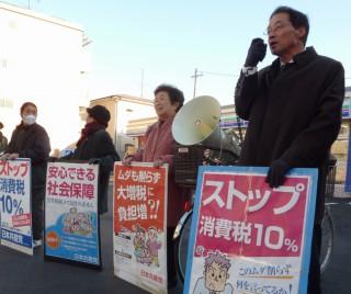 素鵞渋といっしょに宣伝する笹岡さん(右端)